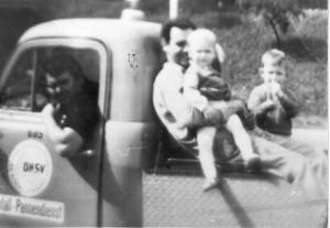 1969 ich (Dieter E. Albrecht) im Hintergrund, Schwester Sabine auf dem Schoss von Onkel Willi und am Steuer mein Vater